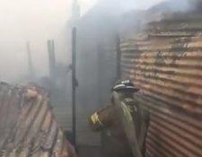 Bomberos controlan incendio en la zona 6 de la capital. (Foto Prensa Libre: Bomberos Voluntarios).