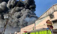 Los bomberos controlaron el incendio después de cuatro horas. (Foto Prensa Libre: Esbin García)