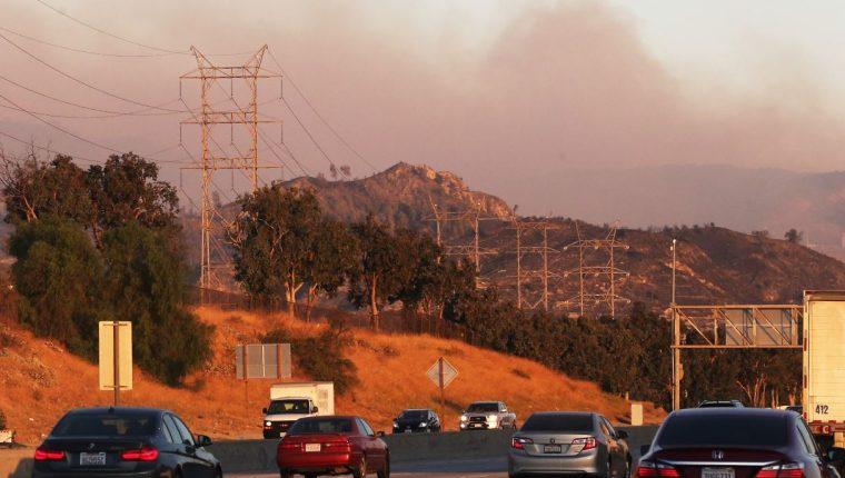 Humo se eleva desde el incendio de Saddleridge cerca de Sylmar, California. (Foto Prensa Libre: AFP).