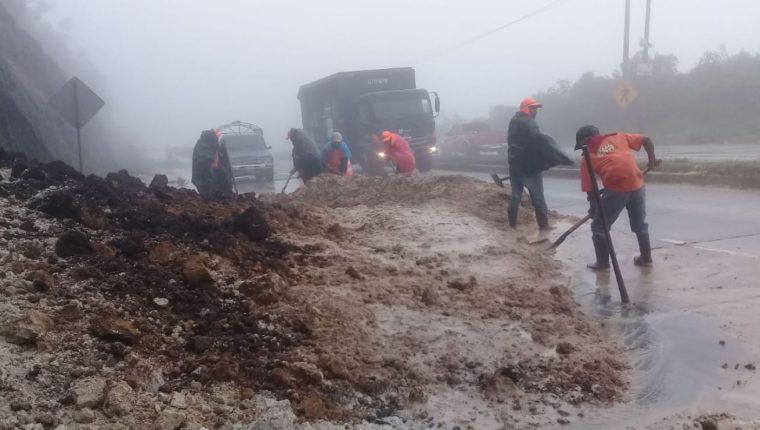 Las lluvias de las últimas horas han causado derrumbes en algunos puntos del país. (Foto Prensa Libre: Conred).