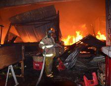 El incendio en el mercado de San Antonio Suchitepéquez ocurrió durante la madrugada de este domingo. (Foto Prensa Libre: Conred)
