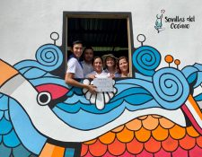 En la escuela El Quetzalito, Puerto Barrios, Izabal, se construyó un aula a base de botellas de plástico. (Foto Prensa Libre: Dony Stewart)