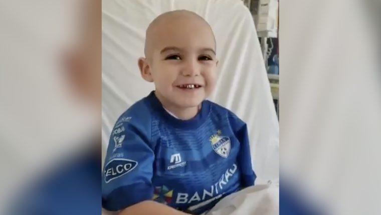 Javier Herrera, el pequeño aficionado de Cobán Imperial que padece leucemia necesita ayuda. (Foto Prensa Libre: Redes)