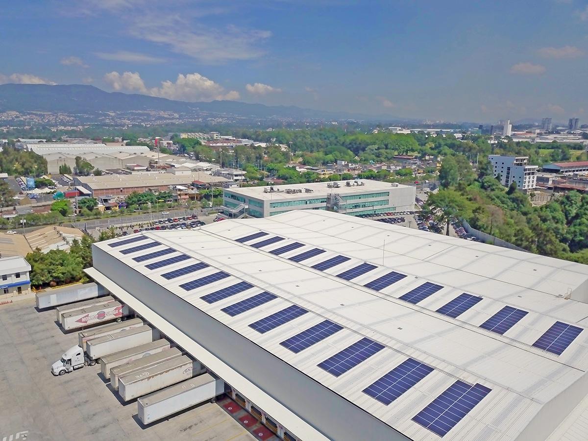 Empresa instala paneles solares y reducirá su impacto ambiental equivalente a las emisiones que generan 25 vehículos al año