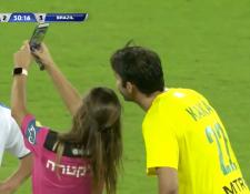 Kaká accedió a tomarse una fotografía con la árbitro del partido de leyendas entre Brasil e Israel. (Foto Prensa Libre: Captura de video)