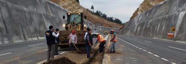 Investigadores del MP inspeccionan área de derrumbes en el Libramiento de Chimaltenango para determinar las anomalías en este proyectco. (Foto Prensa Libre: Cortesía MP).