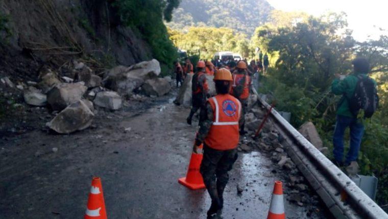 Cuadrilla efectúa labores de limpieza en el derrumbe registrado en el kilómetro 115.5 de la ruta entre San Andrés Semetabaj y Panajachel, Sololá. (Foto Prensa Libre: Conred).