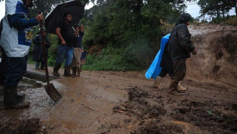 Vecinos del km 18.5 de la carretera a San José El Manzano dicen que el deslizamiento se debe a una construcción de edificios en la parte de arriba. (Foto Prensa Libre: Carlos Hernández Ovalle).