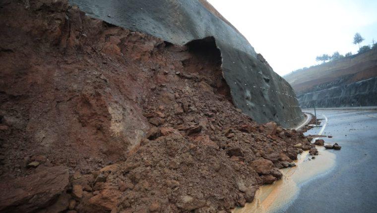 Las torrenciales lluvias de octubre y noviembre ocasionaron derrumbes y deslizamientos, por ejemplo, en el Libramiento de Chimaltenango que causaron que esta nueva obra se cerrara parcialmente. (Foto Prensa Libre: Hemeroteca PL)