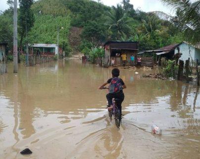 La lluvia de las últimas horas ha causado inundaciones en varias partes del país. (Foto Prensa Libre: Conred)