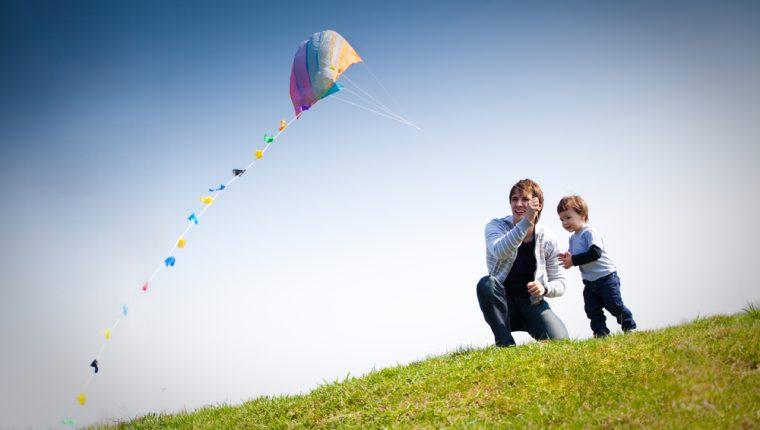 Volar barrilete es una tradición de familias guatemaltecas en el mes de noviembre. (Foto Prensa Libre: Servicios).