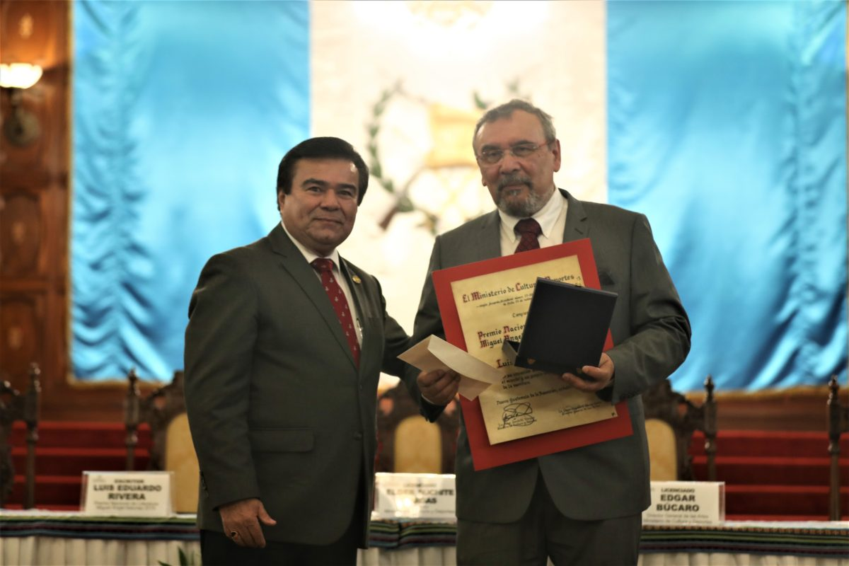 Luis Eduardo Rivera recibe Premio Nacional de Literatura