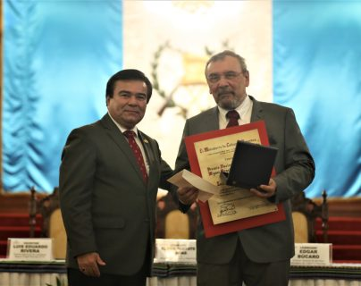 Luis Eduardo Rivera recibe el Premio Nacional de Literatura Miguel Ángel Asturias 2019 de el Ministro de Cultura y Deportes Elder Suchité Vargas.  (Foto Prensa Libre: Óscar Rivas).