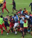 Álvaro García pelea con Danilo Guerra durante la trifulca entre Municipal y Xelajú MC. (Foto Prensa Libre: Redes)