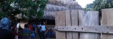 Vecinos se reúnen donde ocurrió la masacre en Ixcán,  Quiché. (Foto Prensa Libre: Héctor Cordero).