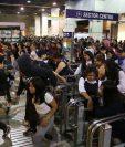 Manifestantes protestan contra el incremento del precio en el transporte público en la estación de metro La Cisterna, en Santiago. (Foto Prensa Libre: EFE).