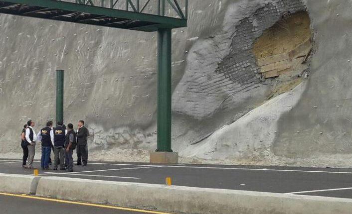 Investigadores del MP recaban información en el libramiento de Chimaltenango. (Foto Prensa Libre: MP)