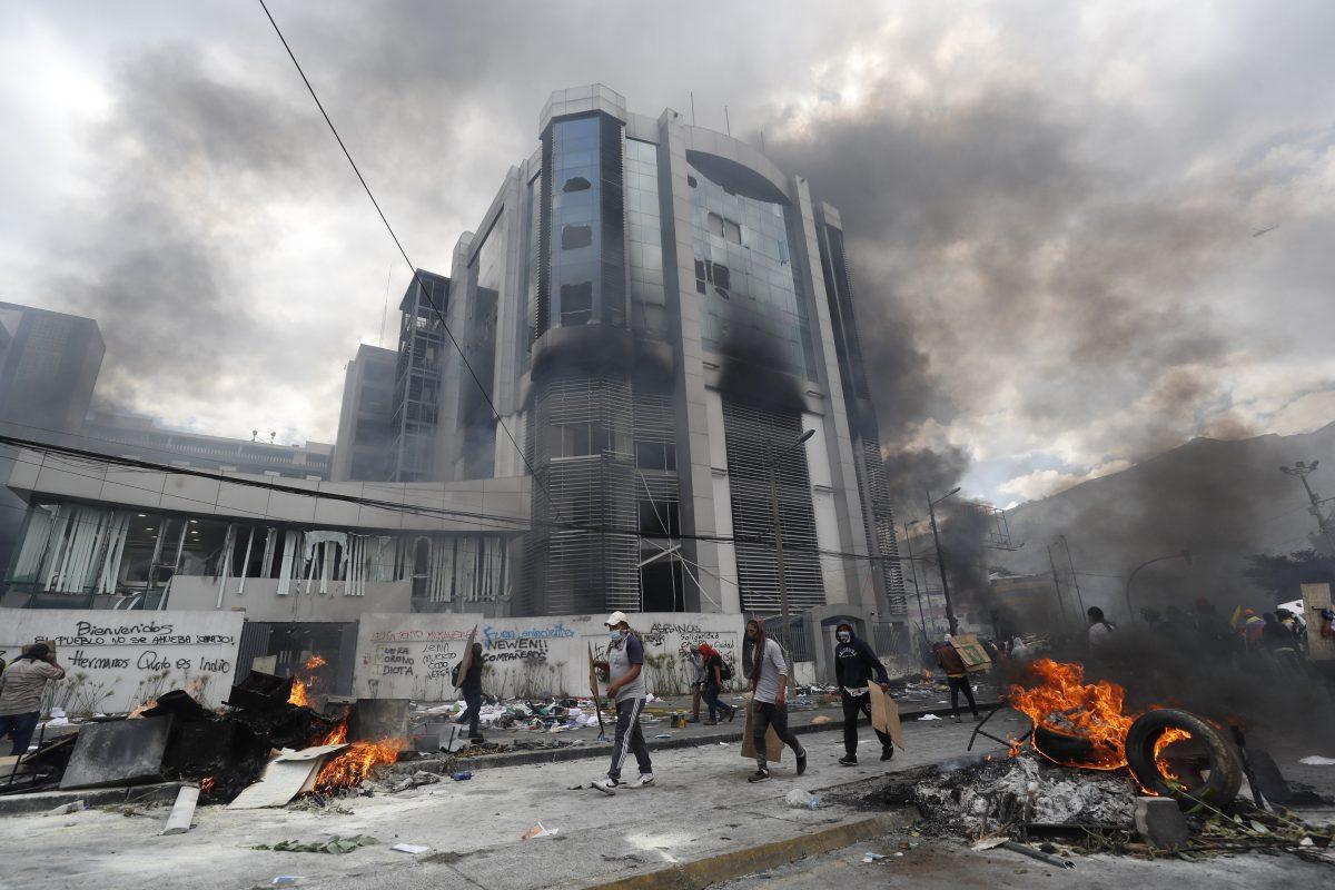 Caos en Ecuador: Manifestantes saquean la Contraloría y Moreno militariza Quito