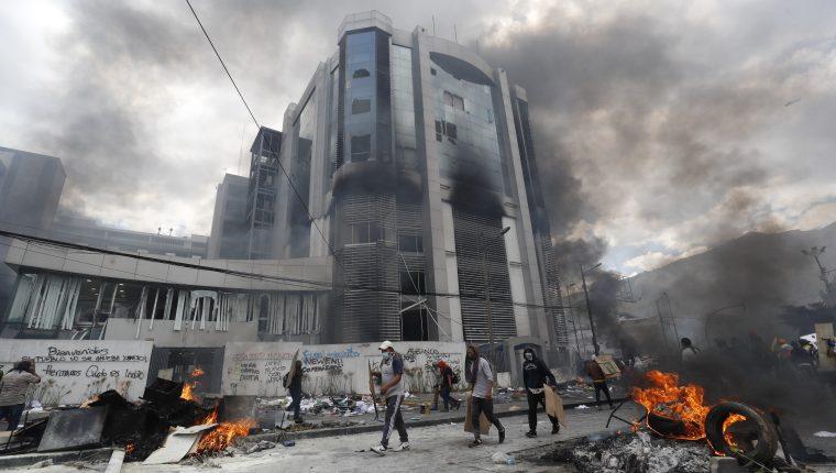 Manifestantes causan desmanes en la sede de la Contraloría cuando se cumplen 10 días de protestas contra el Gobierno. (Foto Prensa Libre: EFE)