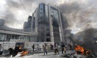 AME8716. QUITO (ECUADOR), 12/10/2019.- Manifestantes causan desmanes en la sede de la Contraloría cuando se cumplen 10 días de protestas contra el Gobierno este sábado, en Quito (Ecuador). Manifestantes tomaron por la fuerza este sábado la sede de la Contraloría General del Estado de Ecuador en Quito, donde provocaron destrozos en mobiliario y documentos, según informaron medios locales y testigos. Las fuentes precisaron que el edificio fue asaltado por encapuchados que arrojaron sillas y documentos desde las oficinas de la Contraloría para ser quemados posteriormente, y colgaron en redes vídeos aparentemente del suceso que se registró antes del mediodía en el contexto de intensos disturbios que registra la capital. EFE/ Paolo Aguilar