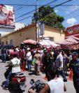 """El 10 de octubre último, vendedores que se ubican en el sector de """"La Pilita"""", Zacapa, fueron notificados sobre el traslado al mercado Santa María. (Foto Prensa Libre: Dony Stewart)"""