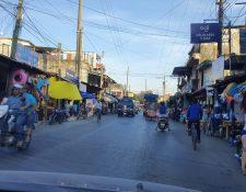 En Puerto Barrios, Izabal, es común que los motoristas no utilicen el casco protector. (Foto Prensa Libre: Dony Stewart)