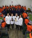 La familia Dedet Gil fundadora de DetPon muestra el proceso de producción y comparte con los trabajadores en la planta de Sumpango, el Galardón Nacional a la Exportación 2019. (Foto, Prensa Libre: Óscar Rivas).
