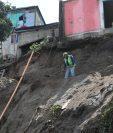 Personas trabajan en el lugar para poner una pared en el lugar del deslizamiento.