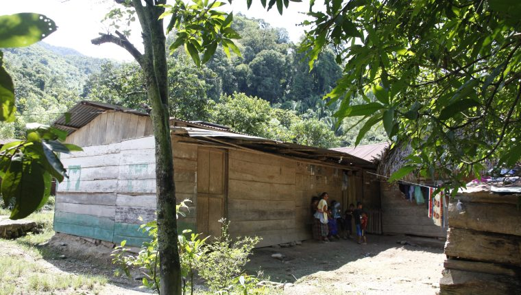 Las casas en Semuy 2 son de madera y piso de tierra lo que demuestra que los pobladores son de escasos recursos. (Foto Prensa Libre: Sergio Morales)