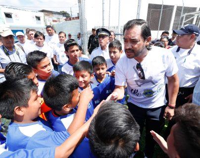 El exfutbolista guatemalteco Carlos Ruiz inauguró este lunes 7 de octubre su escuela de futbol, un proyecto que comienza en el municipio de Villa Nueva. (Foto Prensa Libre: Esbin García)      Fotograf'a  Esbin Garcia  07-10-2019