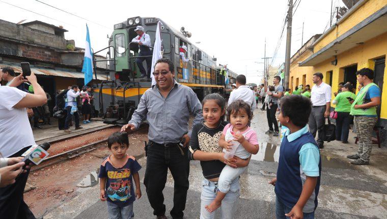 Familias se toman fotografías frente a la locomotora la chula. Fotografía Prensa Libre: Erick Avila.