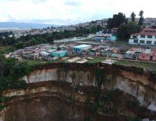 El derrumbe arrastró al barranco dos viviendas de la colonia Nueva Esperanza y el asentamiento La Bendición de Dios, Ciudad Peronia. Foto Prensa Libre: Hemeroteca).