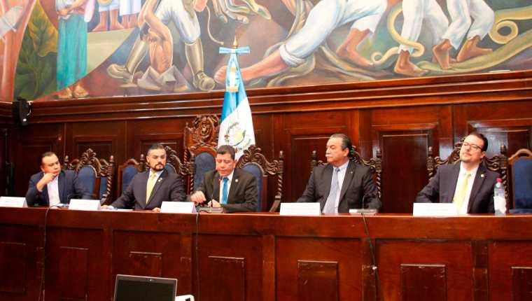La comisión está integrada por Aníbal Rojas, Luis Hernández Azmitia, Juan Ramón Lau, Luis Pedro Álvarez y Manuel Conde Orellana. (Foto Prensa Libre: Hemeroteca PL)