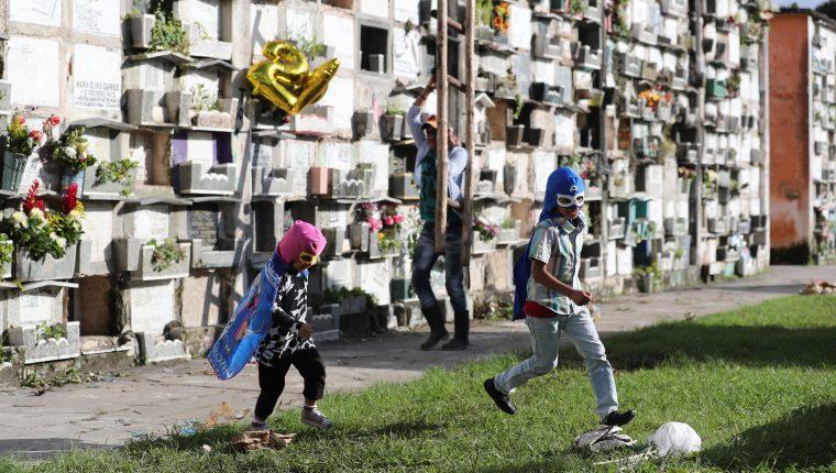 Dos niños juegan disfrazados de superhéroes  en el Cementerio General.  Fotografía prensa Libre: Erick Avila