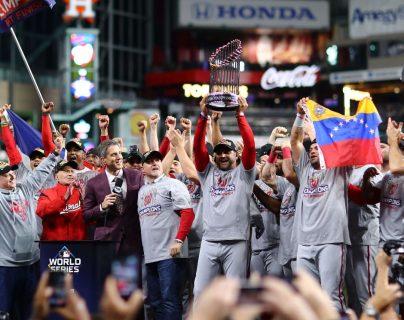 Los Nacionales celebra el título de la Serie Mundial al dejar en el camino a los Astros. (Foto Prensa Libre: AFP)