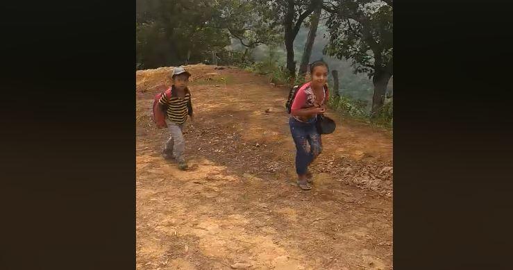 Los estudiantes deben caminar hasta dos horas para llegar a la escuela del caserío Terrero Barroso. (Foto tomada de Facebook).