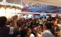 Niños de la Escuela María Cristina Bennett de Roolz muestran su emoción al ingresar al cine. (Foto Prensa Libre: Tomada de @KDBuezo).