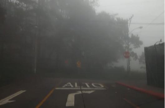 En la capital ha sido constante le presencia de neblina en los últimos días. (Foto Prensa Libre: Astrid Blank)