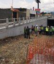 Autoridades municipales supervisan los avances de la construcción del paso a desnivel en la avenida Petapa. (Foto Prensa Libre: La Red).