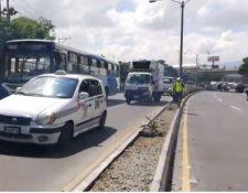 Manifestantes dejaron libre el paso en el kilómetro 5 de la ruta al Atlántico, luego de seis horas de bloqueo. (Foto Prensa Libre: Oscar Rivas).
