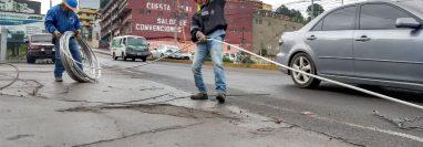 Árboles caídos dañaron la red eléctrica en Quetzaltenango y dejaron sin servicio a varios sectores de la ciudad altense. (Foto Prensa Libre: Municipalidad de Quetzaltenango)