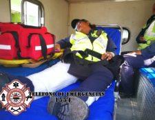 La agente de la PMT de San Miguel Petapa presentaba una posible fractura en la pierna debido al accidente provocado por un motorista. (Foto Prensa Libre PMT)