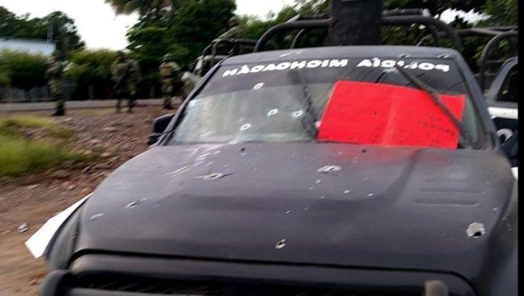 Una patrulla de la Policía estatal que fue emboscada por un grupo armado en Aguililla, estado Michoacán, México. (Foto Prensa Libre: EFE).
