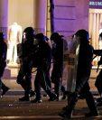 Agentes antimotines tratan de controlar la situación por las manifestaciones en Barcelona. (Foto Prensa Libre: EFE).