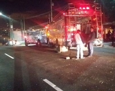 El paso de vehículos es complicado en el km 18 de la ruta al Pacífico rumbo a la capital por un accidente. (Foto Prensa Libre: Dalia Santos)