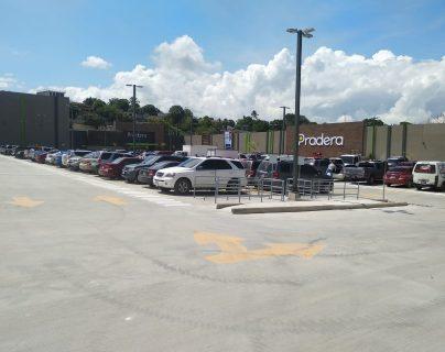 El parqueo del centro comercial Pradera Zacapa cuenta con capacidad para 300 carros y 70 motos. (Foto Prensa Libre: Cortesía)