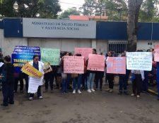 Profesionales de salud protestan frente a la sede del ministerio para ser incluidos en el aumento salarial. (Foto Prensa Libre: Cortesía)