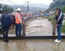 Autoridades monitorean el río Platanitos. (Foto Prensa Libre: Conred)