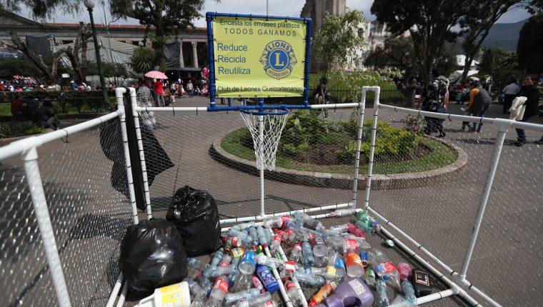 Los integrantes del Club de Leones aprovecharon las festividades por la feria patronal de Quetzaltenango para recolectar envases de plástico. (Foto Prensa Libre: María Longo)