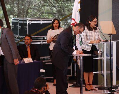 Representantes de ocho empresas productoras de palma africana firmaron la Declaración Pública de Compromiso Voluntario para la Cero Deforestación. (Foto, Prensa Libre: Julio Sicán).